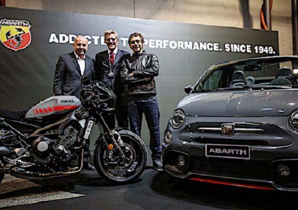 o Valentino Rossi στην παρουσίαση των ειδικών εκδόσεων Abath & Yamaha