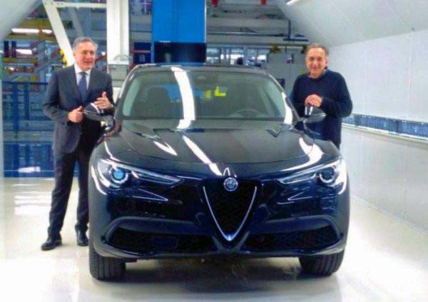 Alfredo Altavilla και Sergio Marchionne ποζάρουν μπροστά στην νέα Alfa Romeo Stelvio